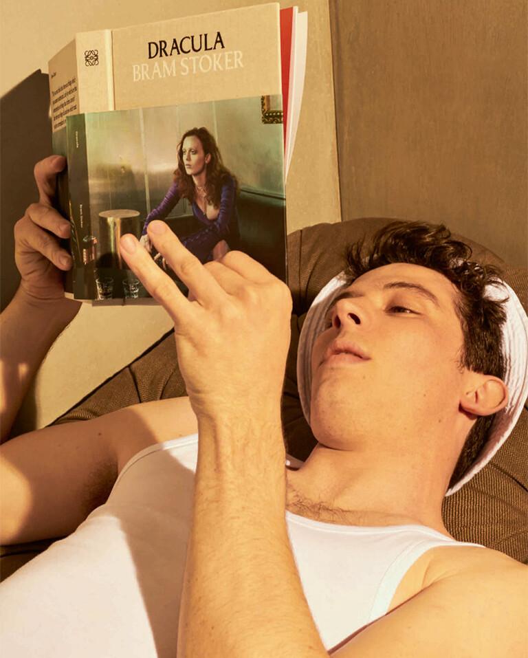 Josh O´Connor reading Dracula