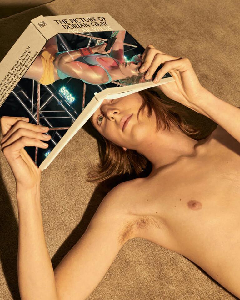 Oliver Ocasek reading El retrato de Dorian Grey
