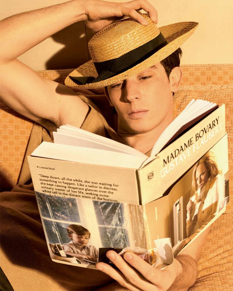Josh O´Connor leyendo Madame Bovary