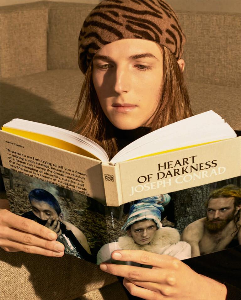 Oliver Ocasek leyendo El corazón de las Tinieblas