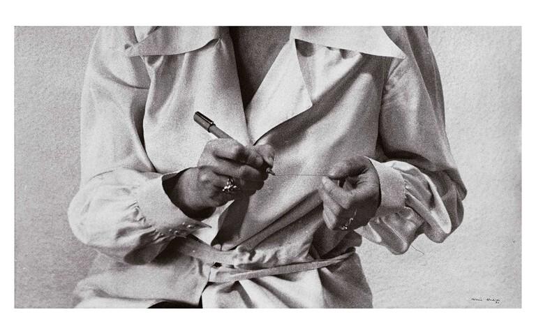 "Fundació Foto Colectania - Helena Almeida ""DESENHO HABITADO"" 1975"