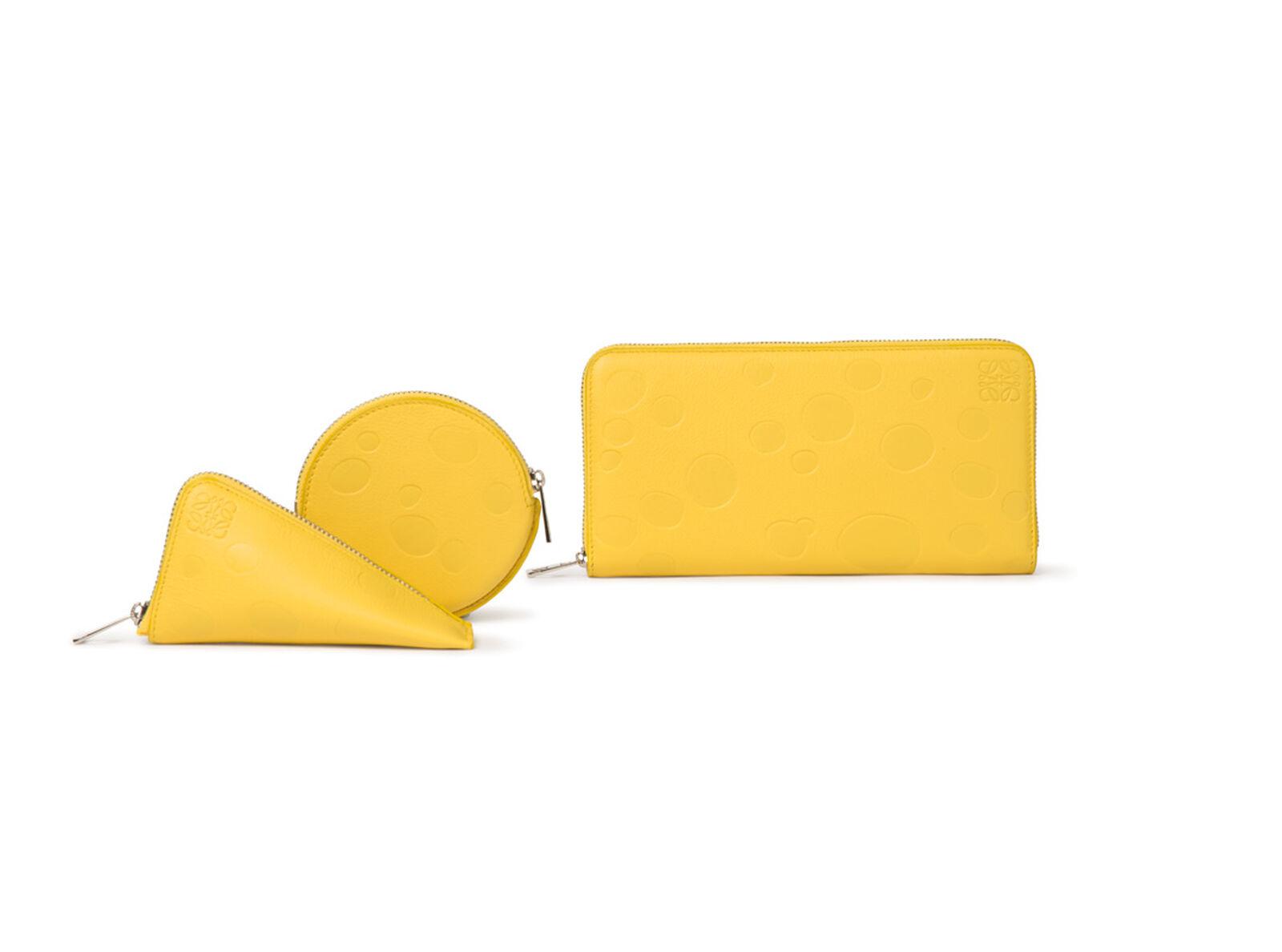チーズ&アナグラム エンボスデザインをあしらった、イエロー カーフスキン製小物