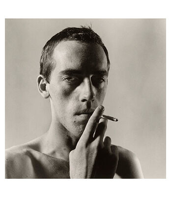 「タバコを吸うデイヴィッド・ヴォイナロビッチ氏」 ピーター・ヒュージャー氏撮影