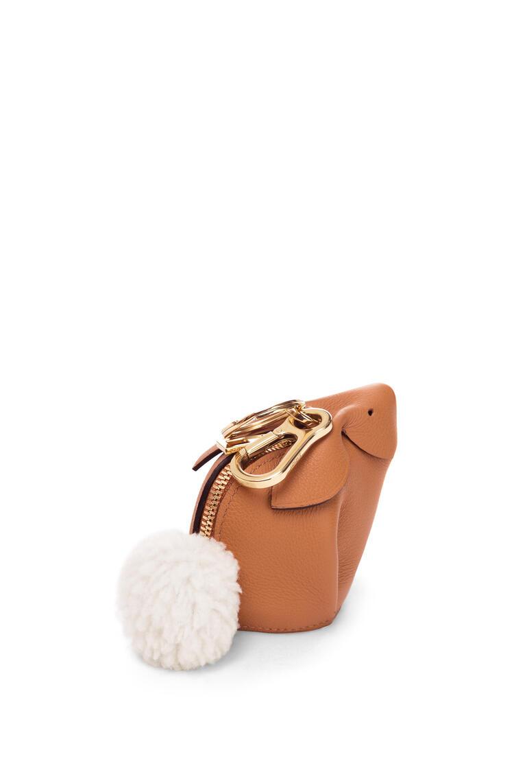 LOEWE Charm Bunny en piel de ternera clásica Dulce De Leche Suave pdp_rd