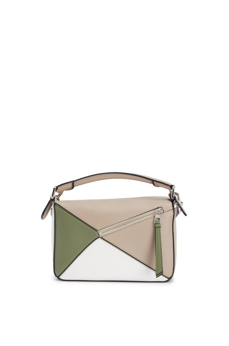 LOEWE Bolso Puzzle pequeño en piel de ternera clásica Arena/Verde Aguacate pdp_rd