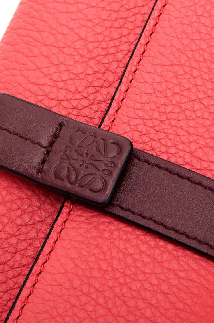 LOEWE スモール バーティカル ウォレット (ソフト グレイン カーフスキン) Poppy Pink pdp_rd