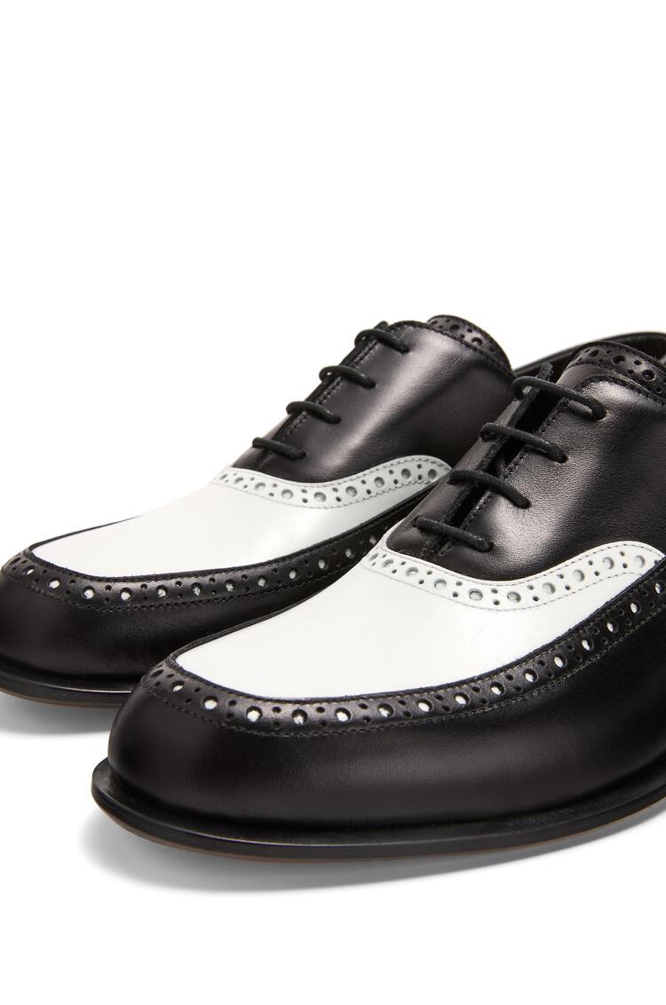 LOEWE Zapato brogue sin cordones en piel de ternera Negro/Blanco pdp_rd