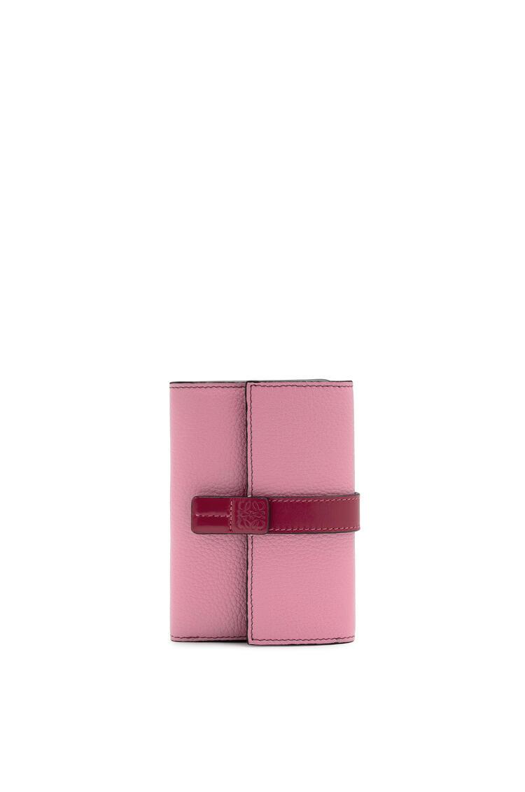 LOEWE Cartera vertical pequeña en piel de ternera con grano suave Rosa Salvaje/Frambuesa pdp_rd