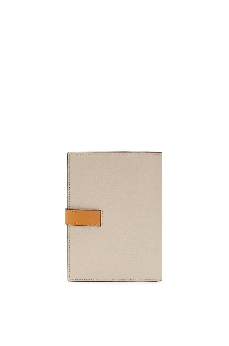 LOEWE Cartera vertical mediana en suave piel de ternera con grano suave Avena Claro/Miel pdp_rd