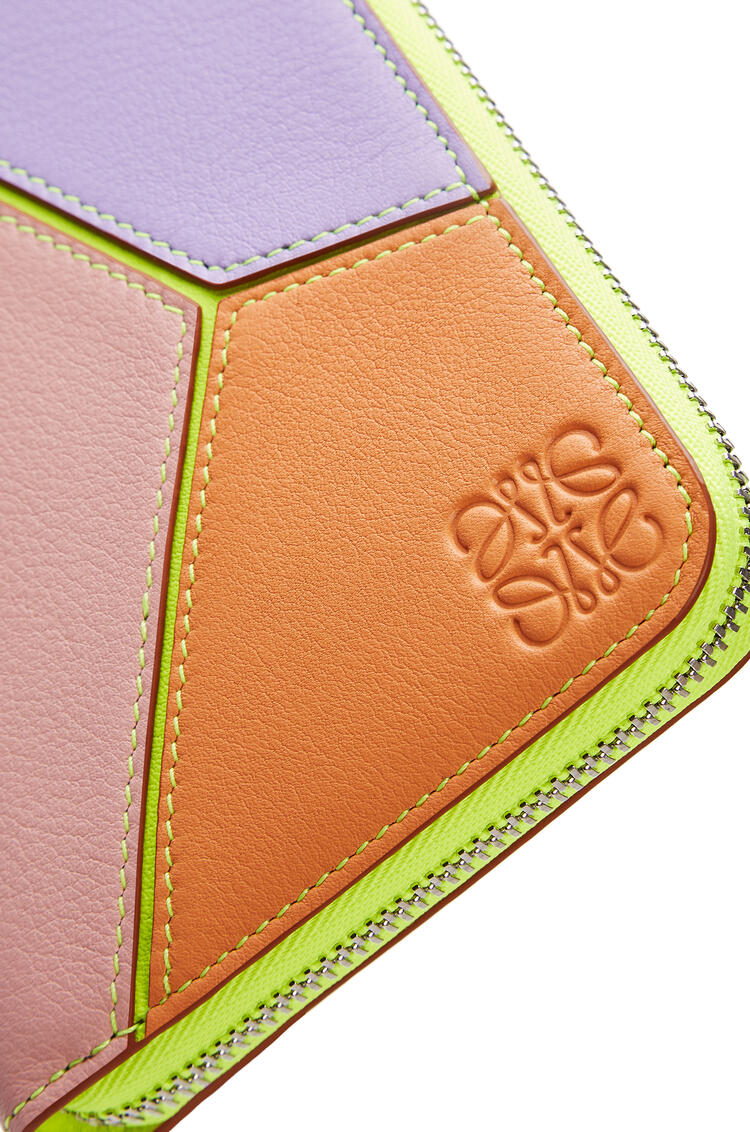LOEWE Puzzle Zip Around Wallet In Classic Calfskin Mauve/Soft Apricot pdp_rd