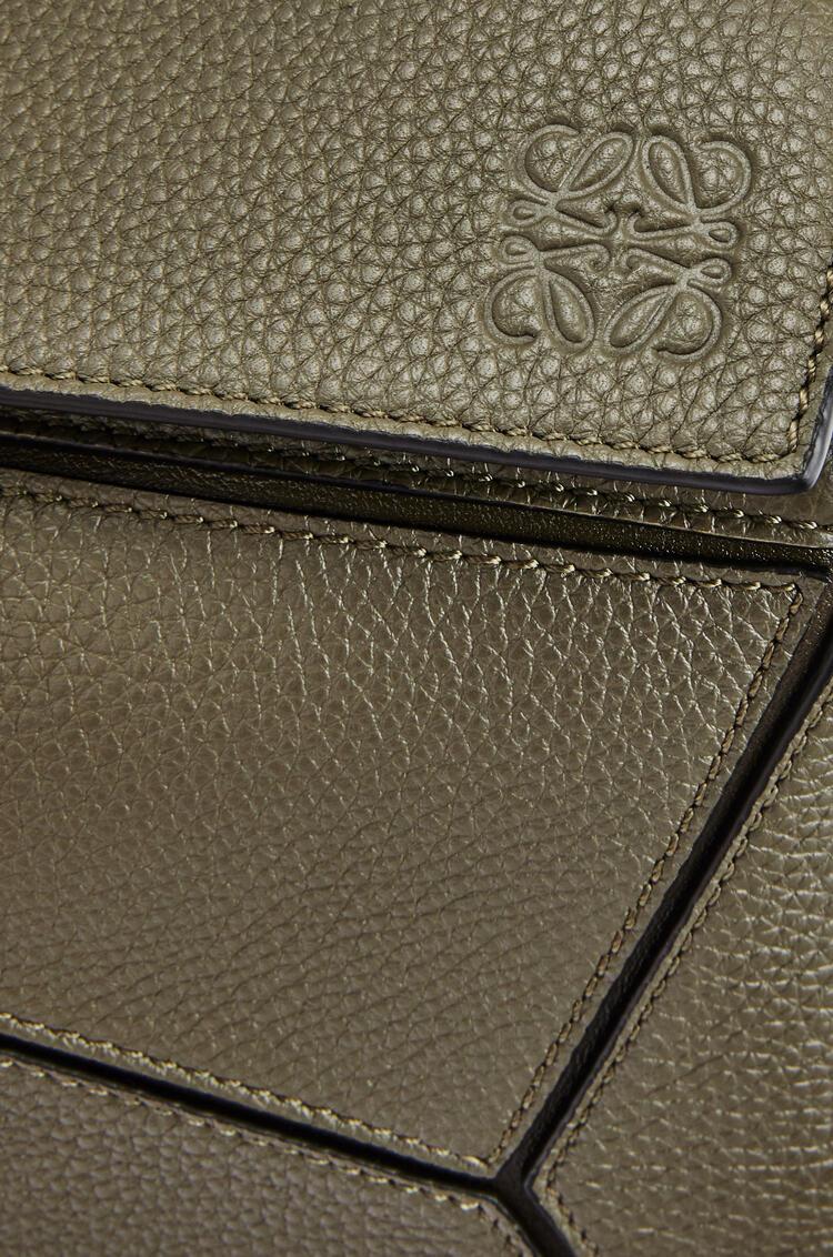 LOEWE Bolso Puzzle pequeño en piel de ternera con grano suave Verde Kaki pdp_rd