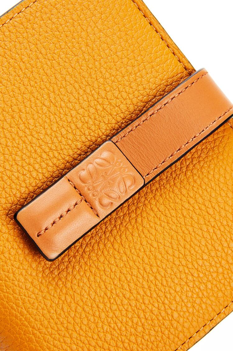 LOEWE Cartera compacta en piel de ternera suave con grano suave Girasol/Miel pdp_rd