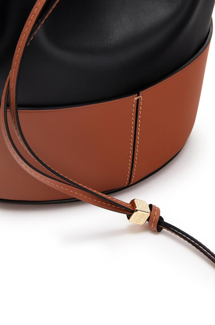 LOEWE Bolso Balloon en piel de ternera napa Negro/Bronceado pdp_rd