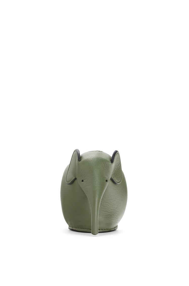 LOEWE Charm Elephant en piel de ternera clásica Verde Aguacate pdp_rd