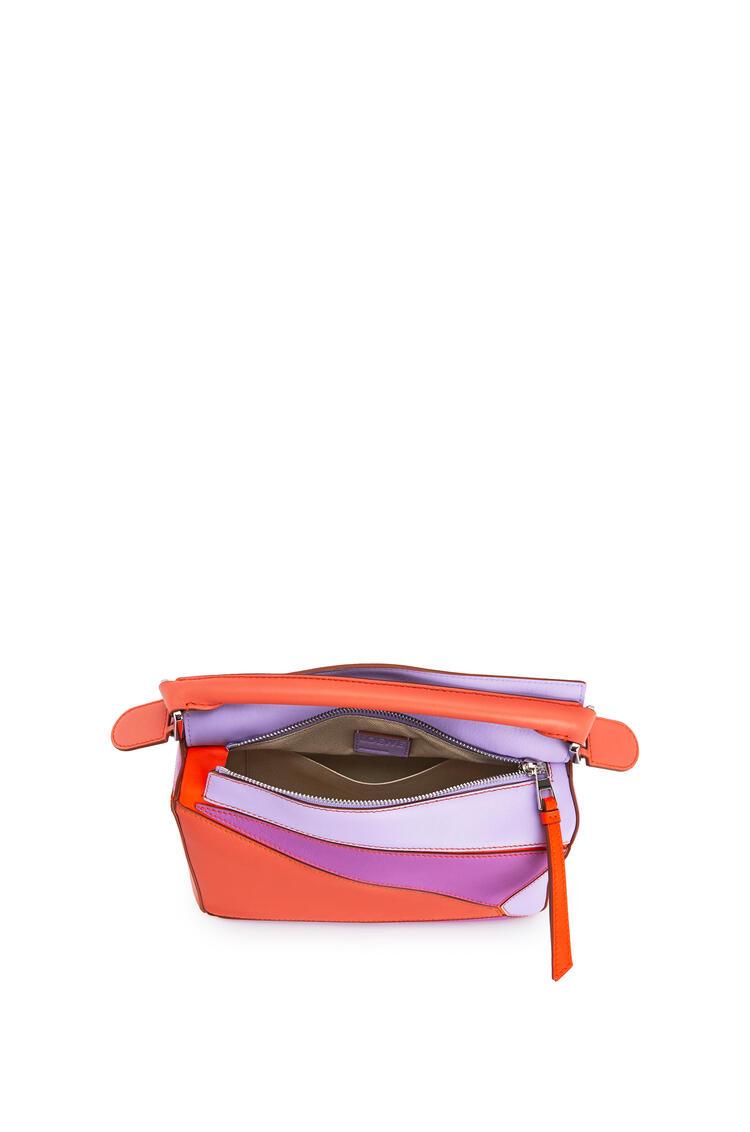 LOEWE Bolso Puzzle pequeño en piel de ternera clásica Pomelo/Malva pdp_rd