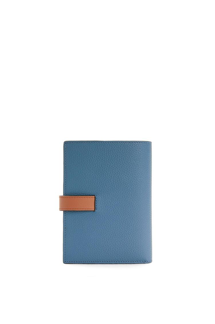 LOEWE Cartera Vertical Mediana En Piel De Ternera De Grano Suave Azul Acero/Bronceado pdp_rd