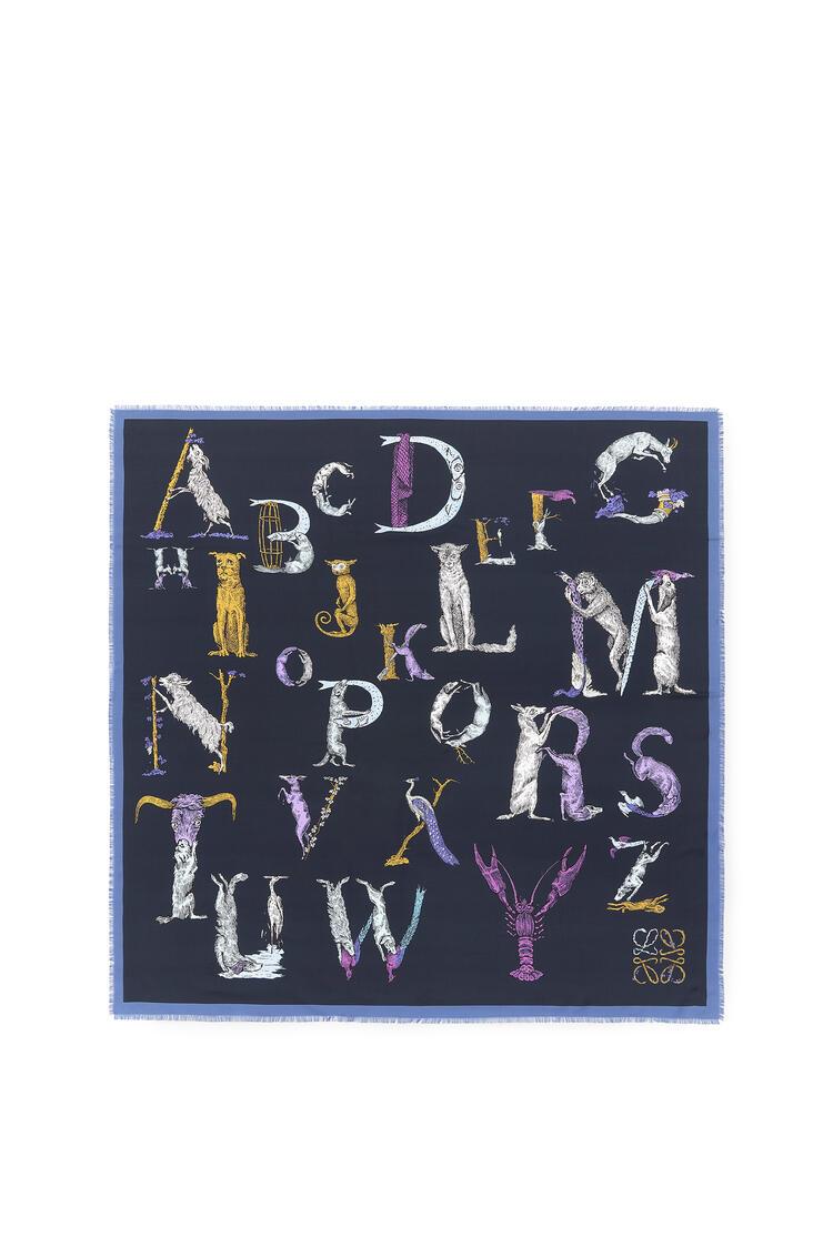LOEWE Bufanda de 140 x 140 cm en seda con letras Marino pdp_rd