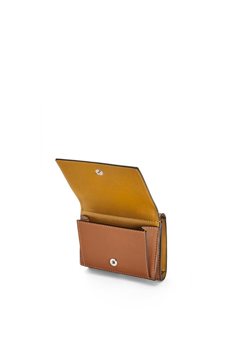 LOEWE Tarjetero tríptico distintivo en piel de ternera Bronceado/Ocre pdp_rd