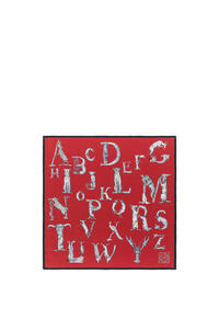 LOEWE Pañuelo de 90 x 90 cm en seda con letras Rojo pdp_rd