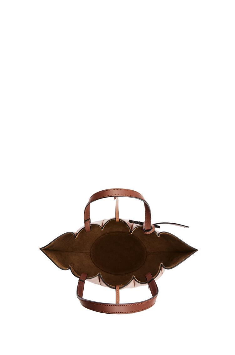 LOEWE Bolso Shell Tote pequeño en piel de ternera clásica Bronceado pdp_rd