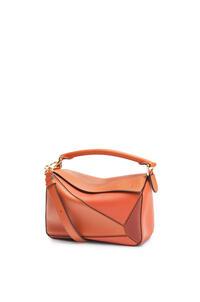 LOEWE Bolso Puzzle pequeño en piel de ternera clásica Naranja Especia/Calabaza pdp_rd