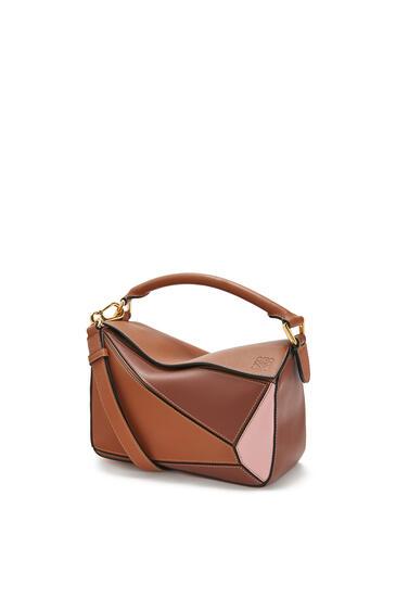 LOEWE Bolso Puzzle pequeño en piel de ternera clásica Bronceado/Rosa Medio pdp_rd
