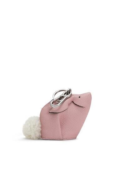 LOEWE Charm Bunny En Piel De Ternera De Grano Suave Rosa Pastel pdp_rd