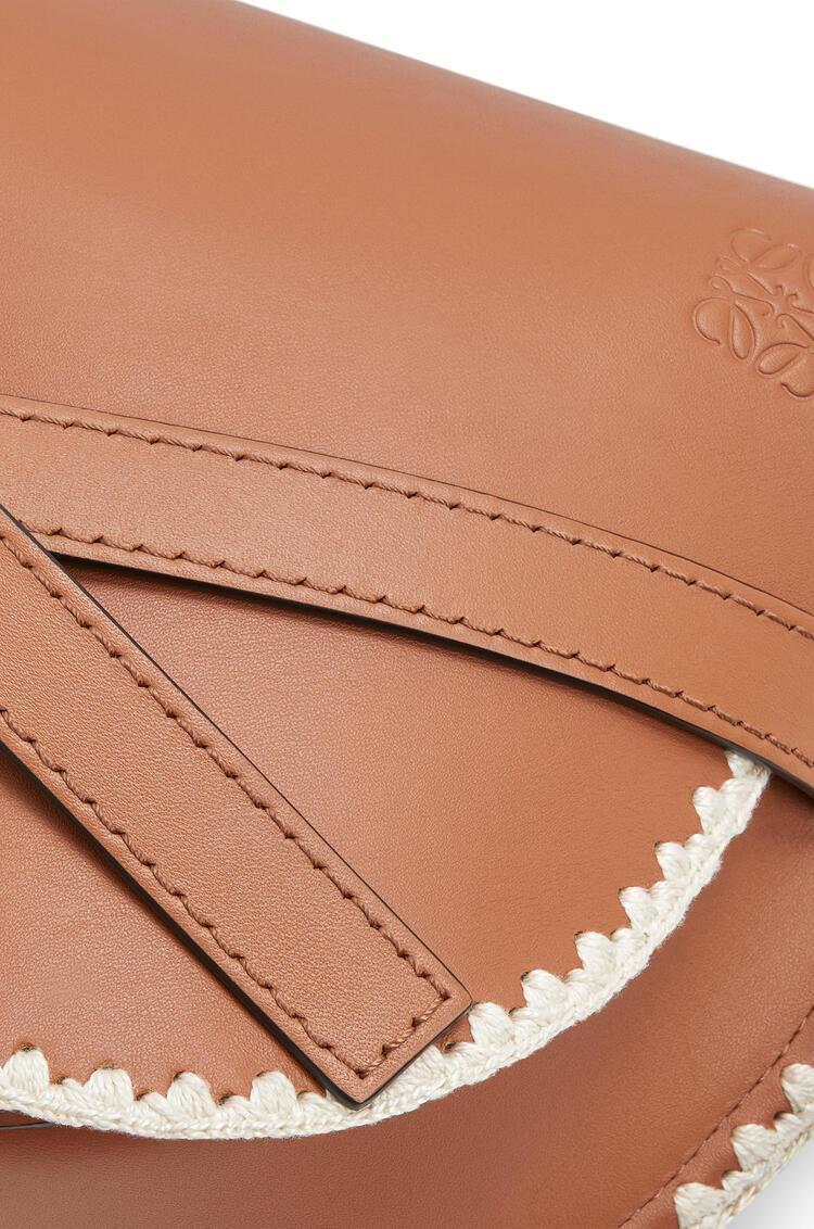 LOEWE Minibolso Gate pequeño en  piel de ternera suave Bronceado pdp_rd