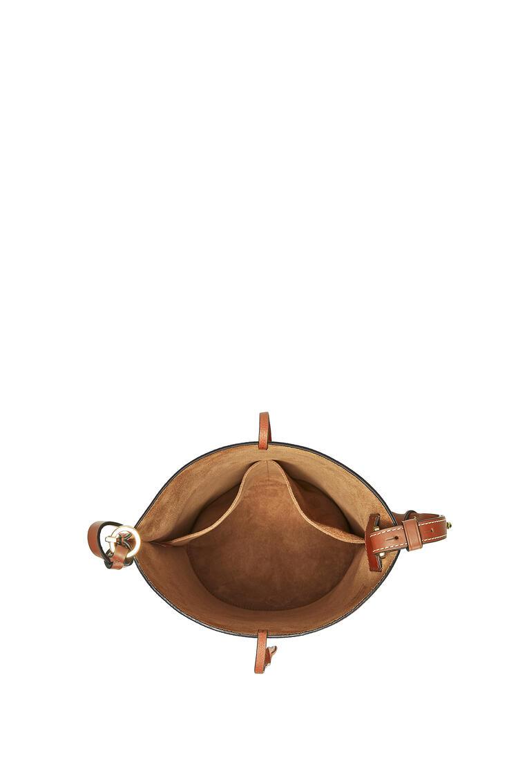 LOEWE Bolso Tote Buckle en piel de ternera con grano suave D De Leche Suave/C Pecana pdp_rd