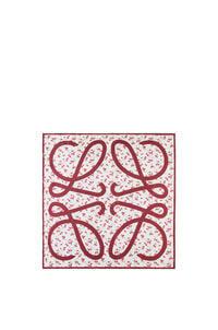 LOEWE Pañuelo de 90 x 90 cm en seda con flores Rojo pdp_rd