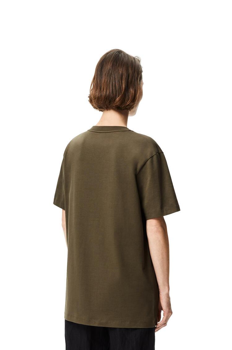 LOEWE Camiseta en algodón con Anagrama bordado Verde Kaki pdp_rd