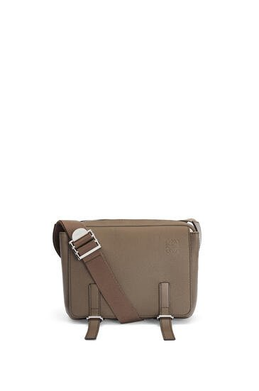 LOEWE Bolso Military Messenger XS en piel de ternera con grano suave Musgo Oscuro pdp_rd