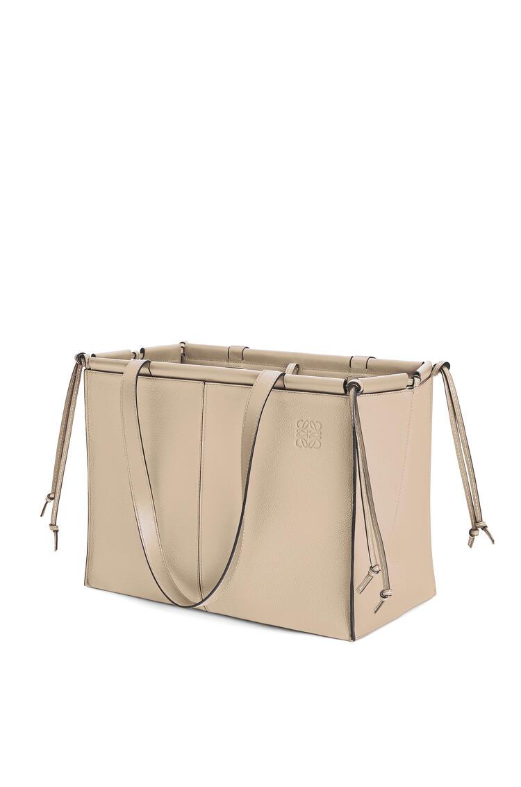 LOEWE Bolso Cushion Tote en piel de ternera de grano suave Avena Claro pdp_rd