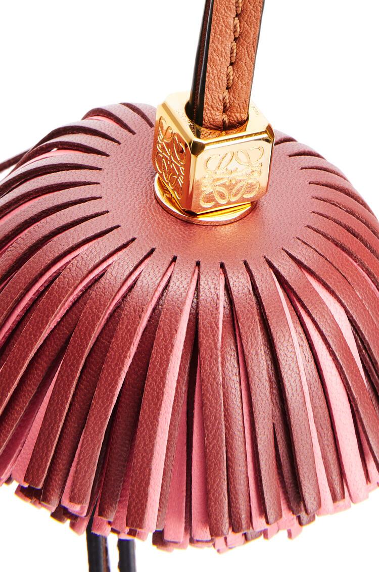 LOEWE Charm Bell con borla en piel de ternera Oxido Oscuro/Coral pdp_rd