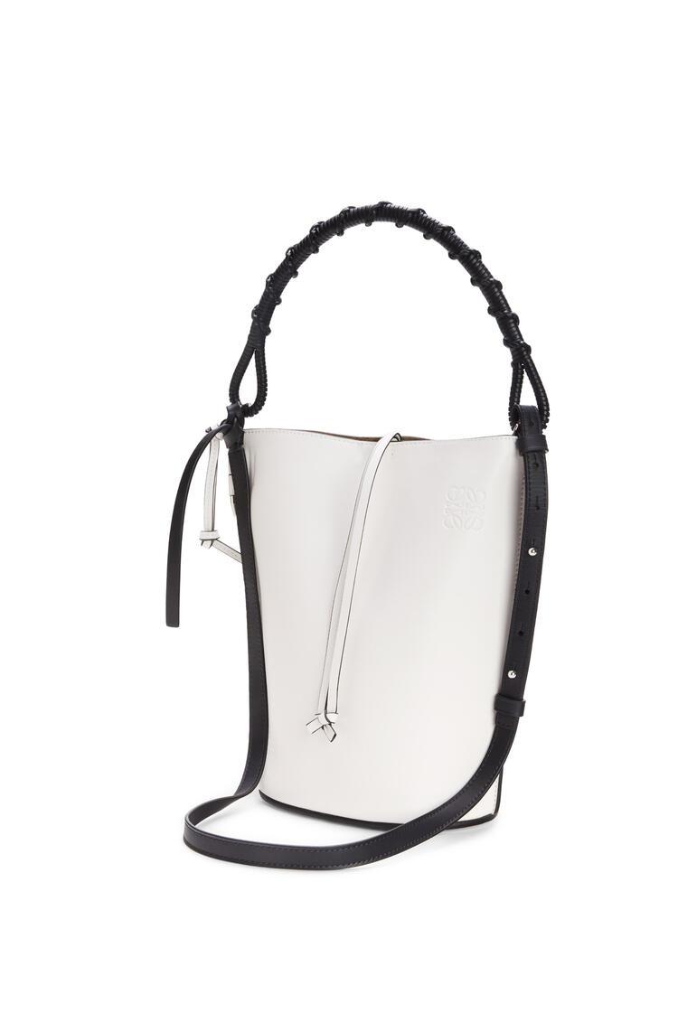 LOEWE Bolso  Gate Bucket Handle en piel de ternera natural Blanco Suave pdp_rd