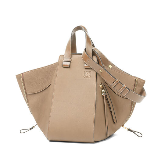 LOEWE ハンモック ミディアム バッグ Sand/Mink Color front