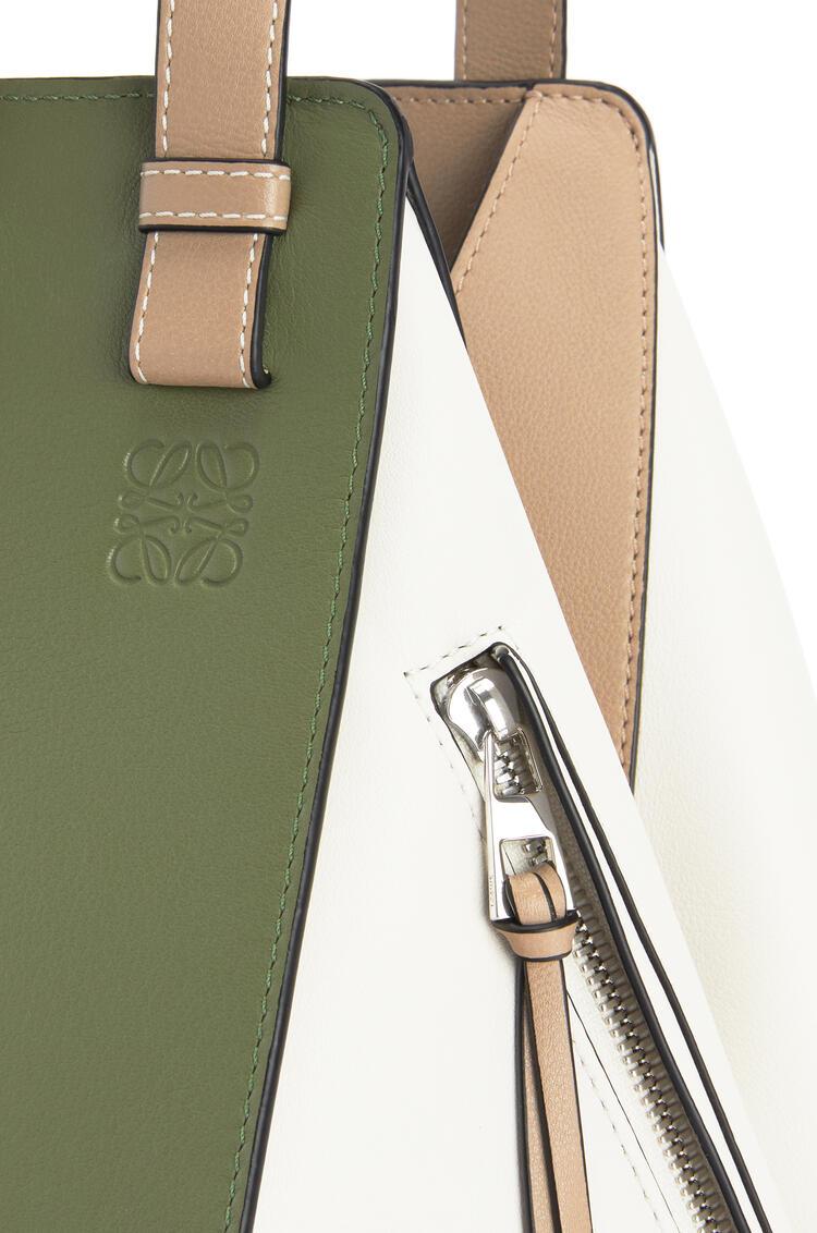 LOEWE Bolso Hammock pequeño en piel de ternera clásica Verde Aguacate/Arena pdp_rd