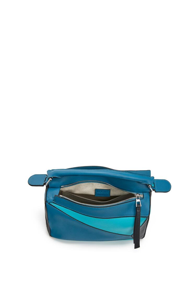 LOEWE Bolso Puzzle pequeño en piel de ternera clásica Azul Laguna Oscuro/Negro pdp_rd