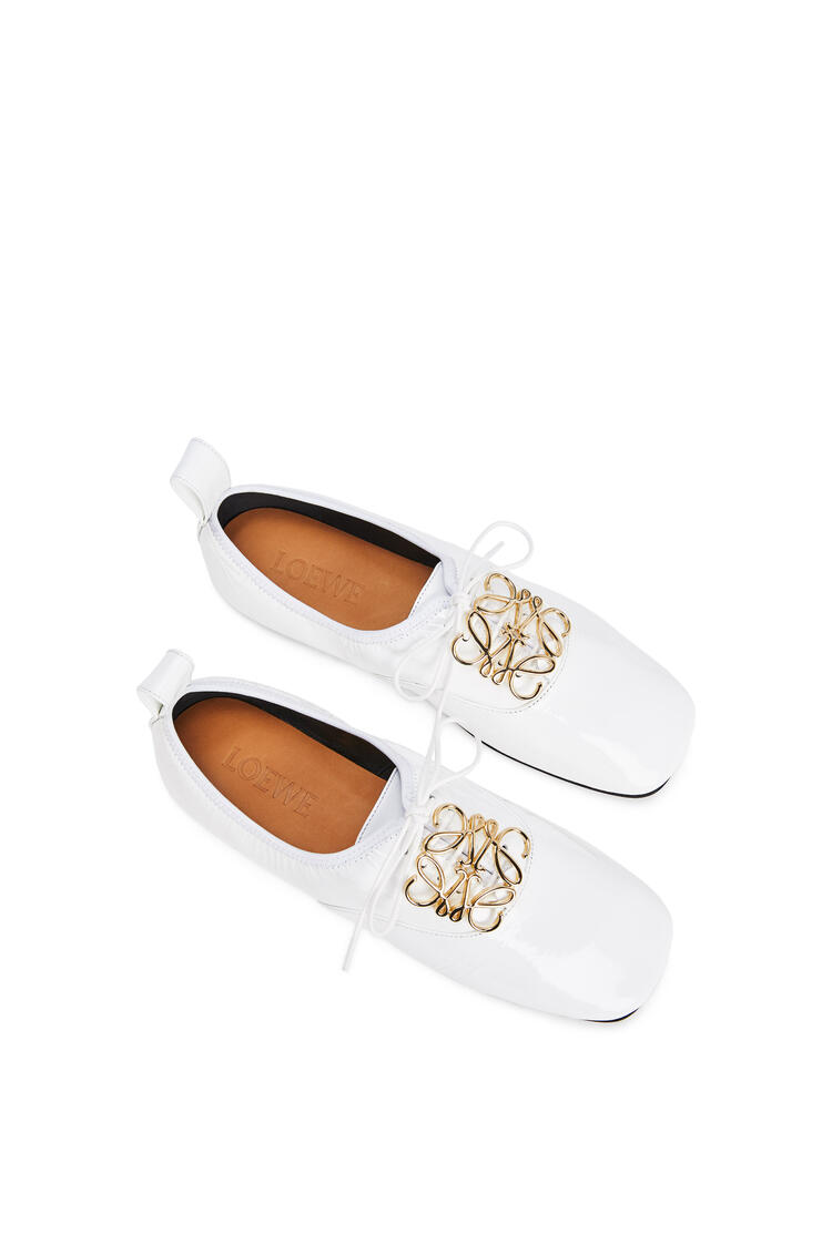 LOEWE Zapato derby suave en charol con anagrama Blanco pdp_rd