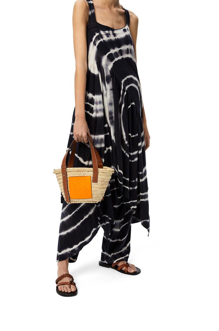 LOEWE Small Basket bag in palm leaf and calfskin Natural/Neon Orange pdp_rd