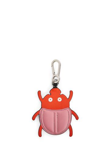 LOEWE Charm Beetle en piel de ternera Rosa/Naranja pdp_rd
