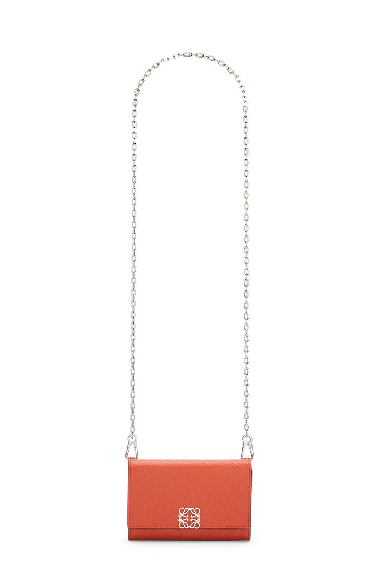 LOEWE Anagram wallet on chain in pebble grain calfskin Pumpkin pdp_rd