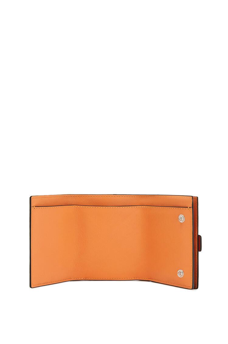 LOEWE Cartera tríptica en piel de ternera con grano suave Coral/Albaricoque Suave pdp_rd