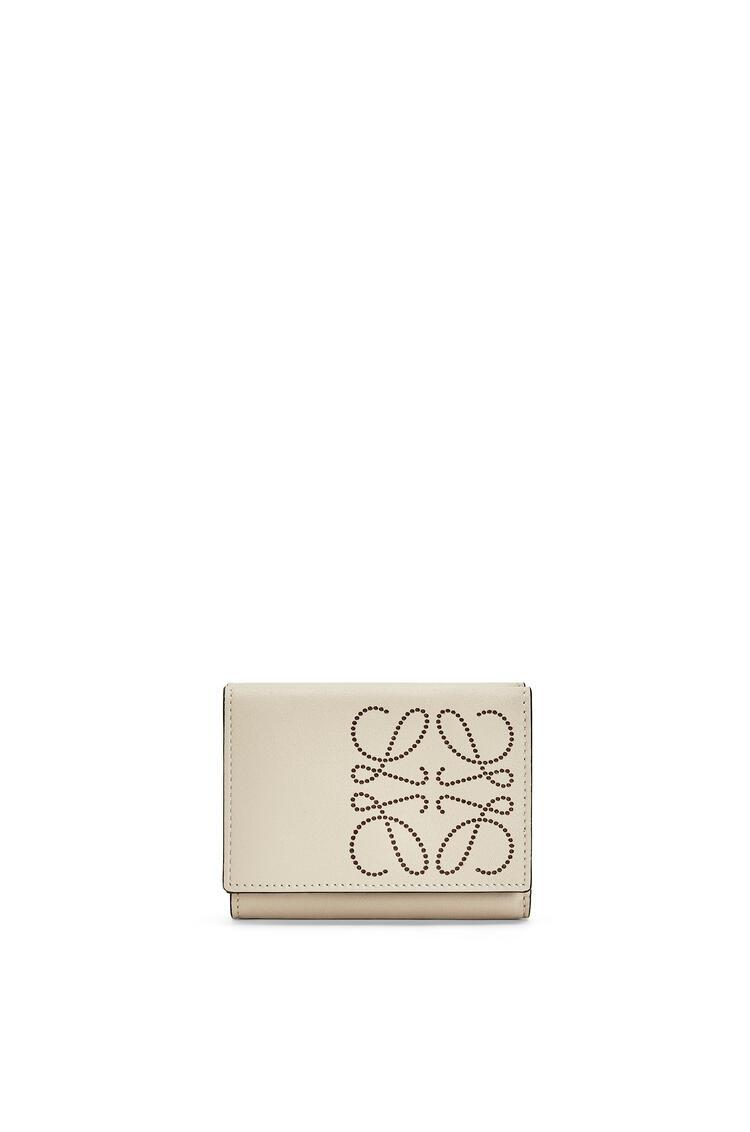 LOEWE Tarjetero tríptico distintivo en piel de ternera Avena Suave/Bronceado pdp_rd