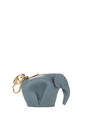 LOEWE Charm Elephant en piel de ternera clásica Azul Piedra pdp_rd