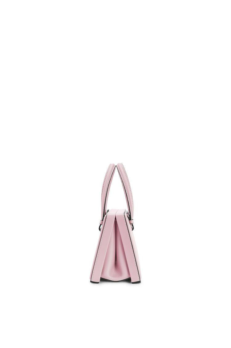 LOEWE Bolso Postal pequeño en piel de ternera natural Rosa Pastel pdp_rd