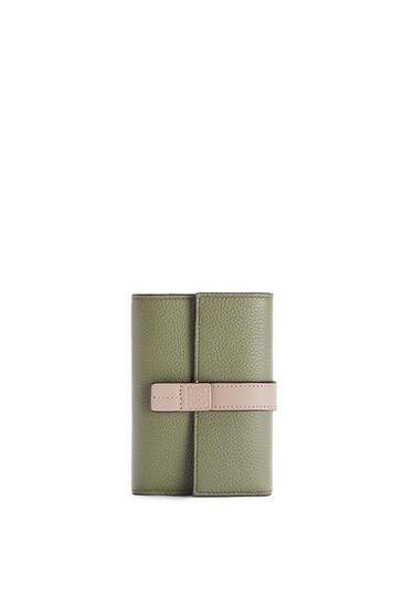 LOEWE Cartera vertical pequeña en piel de ternera con grano suave Verde Aguacate/Arena pdp_rd