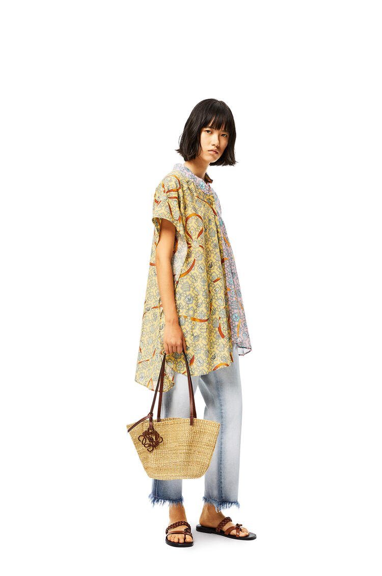 LOEWE Small Shell Basket bag in elephant grass and calfskin Natural/Pecan pdp_rd