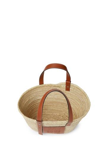 LOEWE Basket bag in palm leaf and calfskin 原色/棕褐色 pdp_rd