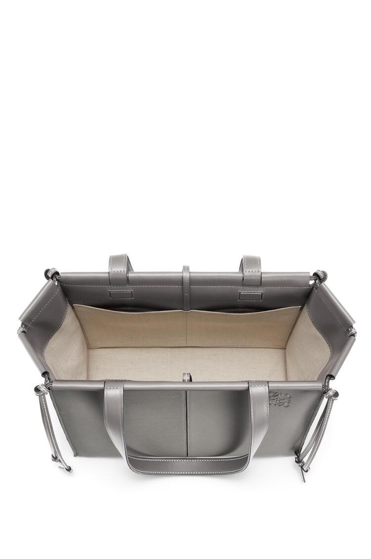 LOEWE Bolso tote Cushion pequeño en piel de ternera con grano pequeño Humo pdp_rd